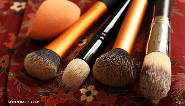 How to apply foundation: brushes and tools